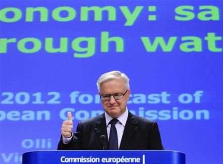 European Economic and Monetary Affairs Commissioner Olli Rehn shows a thumbs up sign while presenting the EU Commission's interim economic forecast during a news conference at the EU Commission headquarters in Brussels November 7, 2012. REUTERS/Yves Herman