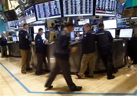 Traders handle last minute trade orders on the floor of the New York Stock Exchange just before the closing bell, November 6, 2012. REUTERS/Chip East