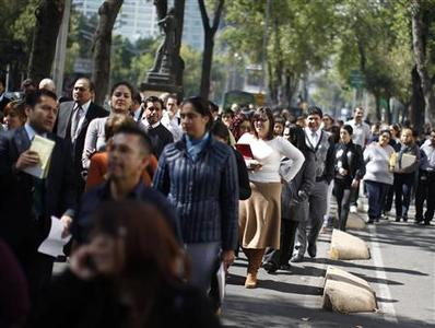 Office workers gather on Paseo de la Reforma avenue, after being evacuated from the Senate building, after an earthquake in Mexico City November 7, 2012. A strong earthquake off the coast of Guatemala on Wednesday shook buildings in Guatemala City and San Salvador and was felt as far away as Mexico City, Reuters witnesses said. REUTERS/Tomas Bravo
