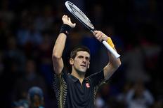 Novak Djokovic ya no se sume en el pánico ante una crisis, sólo mantiene la calma y espera su oportunidad. En la imagen, el serbio Novak Djokovic celebra su victoria ante Andy Murray en su partido de las finales del World Tour de la ATP en el O2 Arena de Londres, el 7 de noviembre de 2012. REUTERS/Dylan Martinez