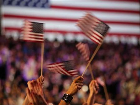 11月7日、米大統領選で再選を果たしたオバマ大統領が、最初に勝利宣言したのはツイッター上でだった。写真はオバマ大統領の支持者が振る米国旗(2012年 ロイター/Philip Andrews)