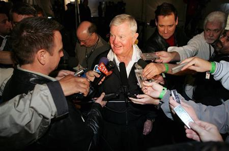University of Texas former head coach Darrell Royal (C) fields questions during the Rose Bowl media day in Carson, California January 2, 2006. REUTERS/Danny Moloshok