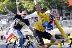 El campeón del Tour de Francia y campeón olímpico de contrarreloj Bradley Wiggins pasó la noche en el hospital con lesiones menores en las costillas después de un accidente con una furgoneta cerca de su casa en Lancashire, en el norte de Inglaterra el miércoles. En la imagen, de 22 de julio, el ciclista británico saluda tras ganar el Tour de Francia. REUTERS/Stephane Mahe