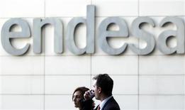 El beneficio neto de Endesa sufrió un retroceso del 16 por ciento en los nueve primeros meses del año a 1.662 millones de euros, informó el jueves la compañía eléctrica en un comunicado. En la imagen, de archivo, varias personas a la salida de la sede de la compañía eléctrica en Madrid. REUTERS/Susana Vera