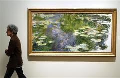"""Una pintura de nenúfares de Claude Monet fue vendida en casi 43,8 millones de dólares (34 millones de euros) el miércoles, mientras que un Kandinsky logró un récord para el artista de 23 millones de dólares, mientras Christie's daba inicio a la temporada de subastas en una venta donde varias obras de nivel medio no lograron encontrar comprador. En la imagen, de archivo, """"Le Bassin aux Nympheas"""" de Claude Monet. REUTERS/Lucas Jackson"""