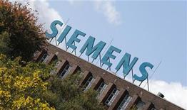 Логотип Siemens AG на здании фабрики в Берлине, 9 октября 2012 года. Siemens намерена сэкономить 6 миллиардов евро ($7,65 миллиарда) к 2014 году - больше, чем ожидалось, поскольку немецкий конгломерат борется за то, чтобы остаться конкурентоспособным в условиях слабой мировой экономики. REUTERS/Fabrizio Bensch