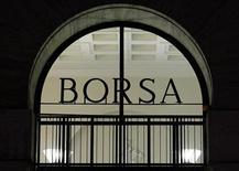 L'ingresso della Borsa di Milano, in Piazza degli Affari. 8 dicembre, 2011. REUTERS/Alessandro Garofalo