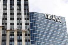 Francia y Bélgica acordaron inyectar 5.500 millones de euros a Dexia, el prestamista que ambos estados se vieron obligados a rescatar a hace un año, dijo el jueves el Ministerio de Finanzas belga. En la imagen, un edificio del grupo Dexia en La Defense, cerca de París, el 7 de agosto de 2012. REUTERS/Jacky Naegelen