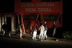 Persone fuori di una chiesa danneggiata dal sisma di magnitudo 7,4 a San Pedro Sacatepequez nella regione di San Marcos, 250 km a sud di Guatemala City, 7 novembre, 2012. REUTERS/Jorge Dan Lopez