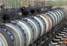 Цистерны на терминале Роснефти в Архангельске 30 мая 2007 года. Российский горно-металлургический гигант Евраз выбрал покупателем своего железнодорожного бизнеса, который может стоить до $300 миллионов, частного транспортного оператора Нефтетранссервис, сообщили обе компании в четверг. REUTERS/Sergei Karpukhin