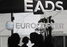 EADS desveló el jueves unos resultados del tercer trimestre mejores de lo esperado gracias a su filial de fabricación de aviones Airbus y reiteró los objetivos financieros del grupo aeronáutico tras la ruptura de las negociaciones de fusión con BAE. En la imagen de archivo, un stand de EADS en una feria aeronáutica en Berlín, el 13 de septiembre de 2012. REUTERS/Tobias Schwarz