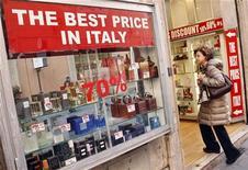 Una donna guarda le vetrine di un negozio di profumi a Roma, 18 aprile, 2012. REUTERS/Tony Gentile