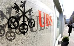 A logo of Swiss bank UBS is seen at an office building in Zurich October 30, 2012. REUTERS/Arnd Wiegmann (SWITZERLAND - Tags: BUSINESS EMPLOYMENT LOGO)