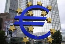 Los analistas prevén que el Banco Central Europeo mantenga los tipos de interés en su nivel actual este jueves, mientras la institución se mantiene a la espera de mostrar su poderío con un nuevo programa de compra de bonos que está listo para utilizar tan pronto como el Gobierno español pida ayuda. En la imagen, una escultura de euro en la sede del BCE en Fráncfort, el 11 de julio de 2012. REUTERS/Alex Domanski