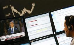 Un operatore di Borsa davanti agli schermi, 7 novembre, 2012. REUTERS/Lisi Niesner