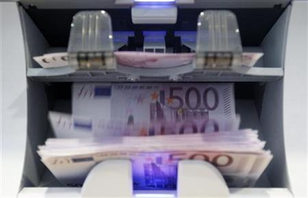 A money counter counts 500 Swiss franc banknotes in a Bank in Bern August 15, 2011. REUTERS/Pascal Lauener