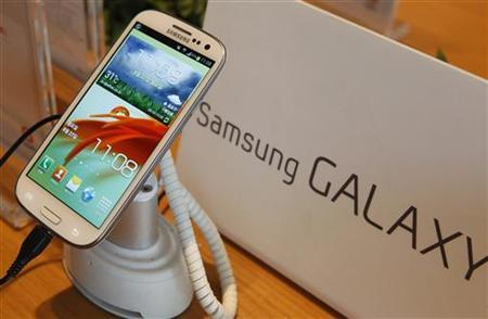 Samsung Electronics' Galaxy S III is displayed at a store in Seoul August 27, 2012. REUTERS/Lee Jae-Won/Files
