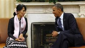 Presidente dos EUA, Barack Obama, conversa com a líder da oposição de Mianmar, Aung San Suu Kyi, durante encontro na Sala Oval da Casa Branca, em Washington. Obama planeja visitar Mianmar em 19 de novembro e se encontrar com o presidente do país, Thein Sein, e com a ganhadora do Prêmio Nobel da Paz Aung San Suu Kyi. 19/09/2012 REUTERS/Kevin Lamarque