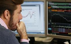 Las rentabilidades de la subasta española subían el jueves en un mercado que absorbió con dificultad unas nueva oferta de deuda de 4.800 millones de euros en una subasta. En la imagen, un agente bursátil durante la subasta de bonos en Madrid el 8 de noviembre de 2012. REUTERS/Andrea Comas