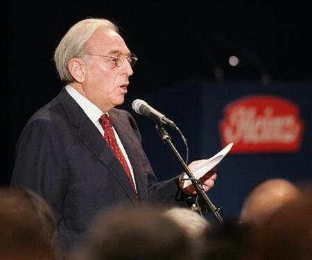 Nelson Peltz, one of the principles of the Trian Group, addresses the audience at the H.J. Heinz Co. annual shareholder's meeting in Pittsburgh, Pennsylvania August 16, 2006. REUTERS/Jason Cohn