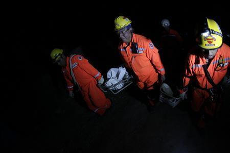 Rescuers carry the body of one of the seven victims killed in a landslide after a 7.4-magnitude earthquake in El Recreo, in the outskirts of San Pedro Sacatepequez in the San Marcos region, about 250 km (120 miles) south of Guatemala City, November 7, 2012. REUTERS/Jorge Dan Lopez