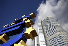 El Banco Central Europeo mantuvo el jueves los tipos de interés sin cambios al mínimo del 0,75 por ciento, a la espera de ver una desaceleración de la inflación y de la economía de la zona euro antes de reducir el coste del endeudamiento. En la imagen, la sede del BCE en Fráncfort el 6 de noviembre de 2012. REUTERS/Lisi Niesner