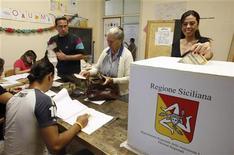 Donna vota presso al seggio in occasione delle ultime elezioni regionali in Sicilia. Catania, 28 ottobre 2012. REUTERS/Antonio Parrinello