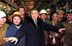Президент Казахстана Нурсултан Назарбаев на встрече 4 декабря 1998 года с рабочими Павлодарского алюминиевого завода, купленного Eurasian Natural Resources Corporation. ENRC представила в четверг пятилетнюю программу роста стоимостью $4,4 миллиарда. REUTERS/Shamil Zhumatov