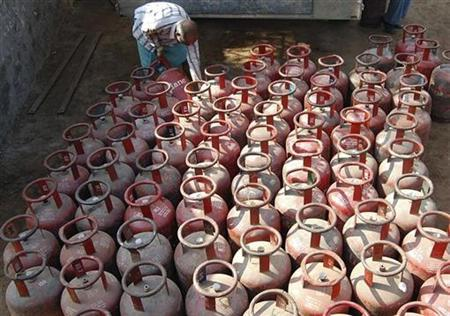 A vendor loads empty Liquefied Petroleum Gas (LPG) cylinders onto a truck in Mathura January 29, 2009. REUTERS/K.K. Arora/Files