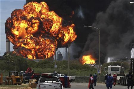 Fuel storage tanks are seen on fire at Amuay oil refinery in Punto Fijo in the Peninsula of Paraguana August 27, 2012. REUTERS/Marife Cuauro
