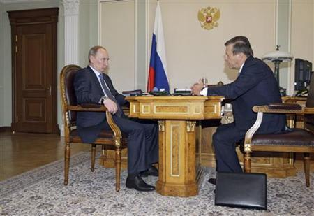 Vladimir Putin (L) meets with Viktor Zubkov at the Novo-Ogaryovo residence outside Moscow May 28, 2011. REUTERS/Alexei Nikolsky/RIA Novosti/Pool/Files
