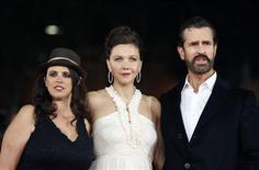 """Diretoa Tanya Wexler (E) posa com os atores Maggie Gyllenhaal (C) e Rupert Everett (D) no tapete vermelho do filme """"Histeria"""" no Festival de Filmes de Roma, em outubro. Os mistérios da sexualidade feminina na sisuda era vitoriana e a história, em parte verídica (segundo os produtores), da invenção do vibrador, estão por trás de """"Histeria"""", comédia coproduzida por Inglaterra, França, Alemanha e Luxemburgo e dirigida pela norte-americana Tanya Wexler. 28/10/2011. REUTERS/Alessandro Bianchi"""
