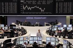 Las bolsas europeas cerraron el jueves con ligeros descensos tras una sesión frenética y volátil marcada por un grueso volumen de negocios, en la que las renovadas preocupaciones por Grecia mantuvieron en alerta a los inversores. En la imagen, varios agentes frente a sus mesas en la bolsa de Fráncfort el 8 de noviembre de 2012. REUTERS/Remote/Tobias Schwarz