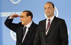 L'ex premier Silvio Berlusconi con il segretario del Pdl Angelino Alfano. REUTERS/Remo Casilli