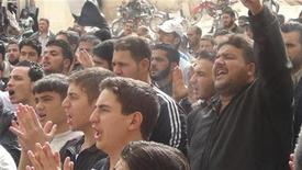 Manifestanti in piazza nei pressi di Damasco contro il presidente Bashar al-Assad. REUTER/Rewad Qareh/Shaam News Network/Handout