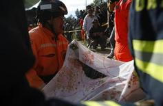 Rescuers carry the body of Cruz Abel De Leon, who died in a landslide triggered by a 7.4-magnitude earthquake, in El Recreo, in the outskirts of San Pedro Sacatepequez, in the San Marcos region, about 250 km (155 miles) south of Guatemala City, November 8, 2012. REUTERS/Jorge Dan Lopez