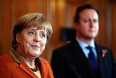 Los negociadores de la UE siguen confiando en alcanzar un acuerdo este mes sobre el presupuesto a largo plazo del bloque, pese a las diferencias de opinión entre Alemania, Reino Unido y otros grandes contribuyentes. En la imagen, el primer ministro británico, David Cameronn (a la derecha) y la canciller alemana, Angela Merkel, atienden a los medios en Downing Street, en Londres, el 7 de noviembre de 2012. REUTERS/POOL/Dan Kitwood