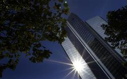 Deutsche Bank, que forma parte una lista de reguladores internacionales de cuatro bancos que representarían el mayor riesgo para sistema financiero global si colapsan, nunca necesitará ser rescatado, dijo su co-consejero delegado. En la imagen, una fotografía de archivo de la sede del Deutsche Bank en Fráncfort, el 14 de octubre de 2011. REUTERS/Kai Pfaffenbach