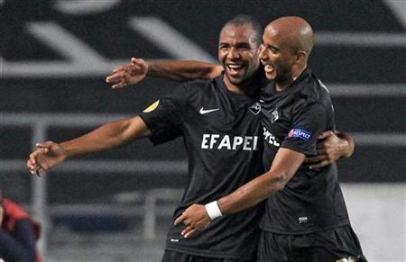 Academica Coimbra's Wilson Eduardo (L) celebrates his goal against Atletico Madrid with teammate Nivaldo during their Europa League Group B soccer match at Coimbra city stadium November 8, 2012. REUTERS/Jose Manuel Ribeiro
