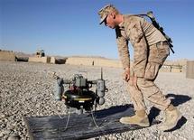 Irán disparó la semana pasada varias veces contra un avión no tripulado y sin armas de Estados Unidos, en espacio aéreo internacional sobre el golfo Pérsico, pero la aeronave no resultó dañada y volvió a su base, dijo el jueves el portavoz del Pentágono George Little. En la imagen, el marine estadounidense Paxton Force, del segundo batallón Fox Co del séptimo regimiento de marines, compruebea un T-Hawk, una nave de vigilancia no tripulada, en Musa Qal-Ah, en la provincia afgana de Helmand, el 5 de noviembre de 2012. REUTERS/Erik De Castro