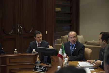 Mexico's President Felipe Calderon (2nd R) and Mexico's Interior Minister Alejandro Poire (R) sit together with Mexico's President-elect Enrique Pena Nieto (L) during a private meeting at Los Pinos Presidential Palace in Mexico City October 23, 2012. REUTERS/Fernando Marroqui/Mexico Presidency/Handout
