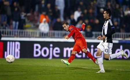 Inter Milan's Rodrigo Palacio (L) scores a goal past Partizan Belgrade's Milos Ostojic during their Europa League Group H soccer match in Belgrade November 8, 2012. REUTERS/Marko Djurica