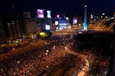 Milhares de manifestantes protestam na Avenida 9 de Julho contra o governo da presidente Cristina Kirchner, no centro de Buenos Aires, na Argentina, nesta quinta-feira. 08/11/2012 REUTERS/Marcos Brindicci
