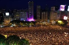 Cientos de miles de argentinos salieron el jueves a las calles de las principales ciudades del país para protestar contra la gestión de la presidenta Cristina Fernández, que sufre una caída en su popularidad en medio de críticas a sus políticas de fuerte intervención estatal en la economía. En la imagen, miles de personas se manifiestan en la avenida 9 de julio, en Buenos Aires, el 8 de noviembre de 2012. REUTERS/Marcos Brindicci