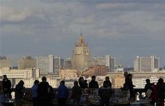 Люди у лотков с сувенирами на Воробьевых горах 29 сентября 2012 года. Наступающие выходные принесут в Москву незначительное похолодание, ожидают синоптики. REUTERS/Maxim Shemetov