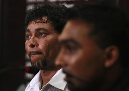 Tillakaratne Dilshan (L) looks on during a media conference in Colombo January 26, 2012. REUTERS/Dinuka Liyanawatte/Files