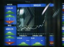 Табло Варшавской фондовой биржи 29 августа 2011 года. Рост мировой экономики, судя по всему, стабилизируется после принятых в последнее время мер для борьбы с долговым кризисом еврозоны, но экономическая активность остается слабой, считает Международный валютный фонд. REUTERS/Kacper Pempel
