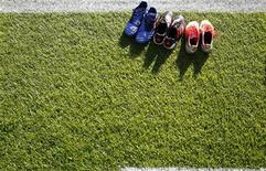 """Бутсы игроков """"Гамбурга"""" на газоне стадиона во Франкфурте-на-Майне перед матчем чемпионата Германии против """"Айнтрахта"""", 16 сентября 2012 года. REUTERS/Kai Pfaffenbach"""