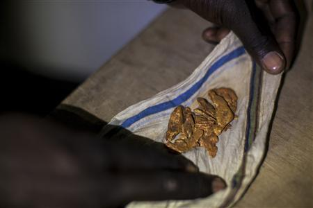A man shows off his gold to potential buyers in a hotel in Kapoeta, South Sudan September 27, 2012. REUTERS/Adriane Ohanesian