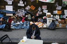 Una mujer de 53 años falleció el viernes tras suicidarse lanzándose por el balcón de su casa momentos antes de que una comisión judicial fuera a proceder al desahucio de su vivienda en Baracaldo (Vizcaya), según informó la Ertzaintza. En la imagen, miembros de Plataforma de Afectados por la Hipoteca acampan frente a la sede de Bankia en Madrid, el 6 de noviembre de 2012. REUTERS/Susana Vera